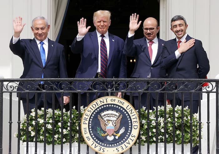 Le premier ministre israélien, Benjamin Netanyahou, et le président américain, Donald Trump, saluent la foule depuis le balcon Truman de la Maison-Blanche.