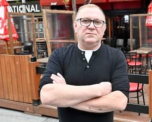 Danny Jobin, propriétaire du Date Karaoké de Montréal, a investi près de 10 000 $ pour une cuisine déjà désuète.
