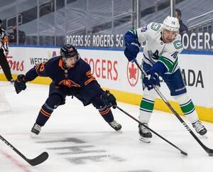 Kailer Yamamoto pourchasse Tanner Pearson des Canucks de Vancouver lors du match de jeudi.