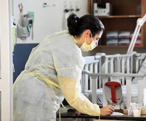 Actuellement, le secteur des soins de santé compte le même nombre d'emplois qu'en février 2020. Sur la photo, une infirmière au Centre mère-enfant Soleil, à Québec.
