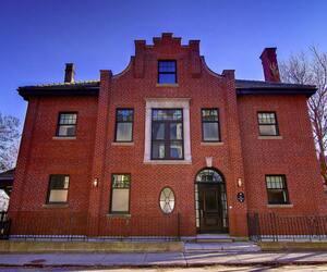 Vue de la façade avant de la maison, construite en 1915, mais rénovée depuis, sur l'avenue Sunnyside, à Westmount.