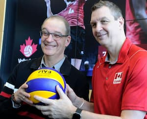 Pascal Clément et Gino Brousseau annonçant la venue de l'équipe canadienne de volleyball au PEPS, mardi.