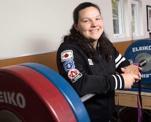 Christine Girard montre fièrement sa médaille d'or remportée aux Jeux de Londres en 2012.