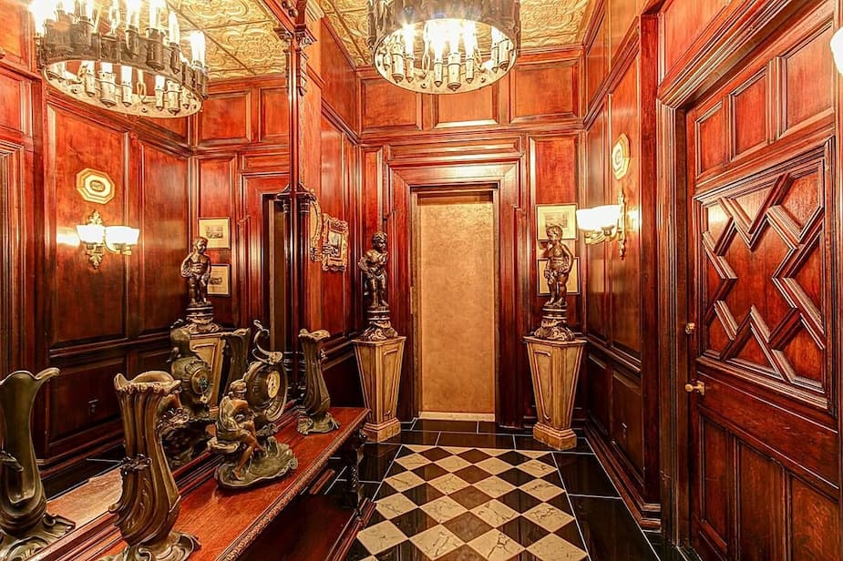Le passage de pièce en pièce est orné de boiserie.