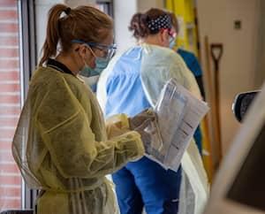 Clinique dédiée au coronavirus en mode service à l'auto à Lévis. Les prélèvements se font dans un garage du centre hospitalier Paul Gilbert de Charny.