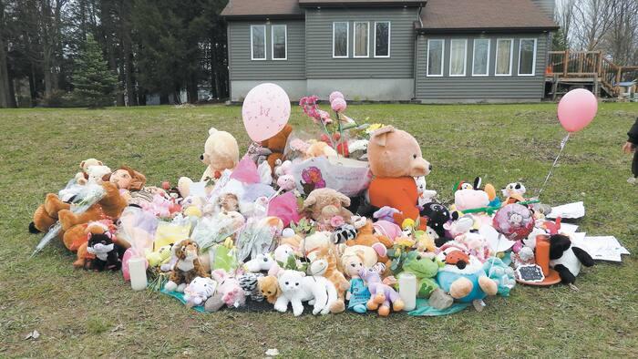 Un amoncellement de peluches et de fleurs déposées par des citoyens, le 1er mai dernier, devant la maison où habitait la fillette décédée.
