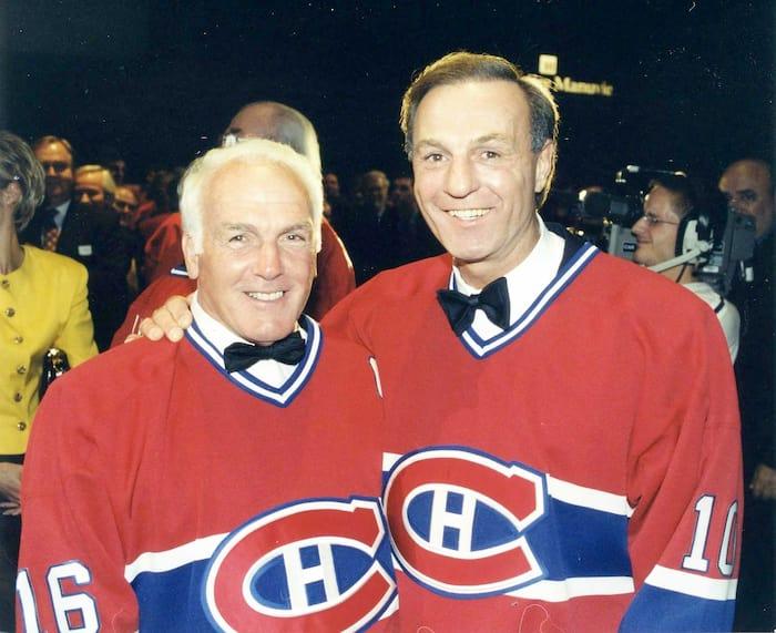 Guy Lafleur (à droite) portant fièrement le chandail du Canadien en compagnie du regretté Henri Richard en 1999.