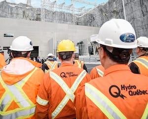 Des employés d'Hydro-Québec, lors d'un point de presse, à la centrale la Romaine-3, sur la Côte-Nord. Environ 44% des 20000salariés de cette société d'État avaient, en juin 2021, un salaire de base supérieur à 100000$ par an.