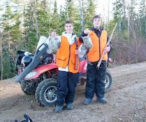 Ces deux jeunes chasseurs montrent fièrement leurs premières gélinottes huppées qu'ils ont récoltées dans le cadre du programme de gratuité offert par les Zecs du Québec pour les jeunes de 17 ans et moins.