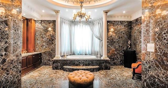 Ce somptueux domaine est actuellement à vendre pour 7,9millions$. Il offre 23000pieds carrés de superficie intérieure sur un terrain de 100hectares. Il comprend notamment 10 foyers et 12 salles de bain.