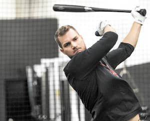 En raison de la fermeture des gymnases, l'espoir québécois des Rangers du Texas Charles Leblanc n'est pas en mesure de faire des exercices au bâton depuis son retour forcé en sol québécois.