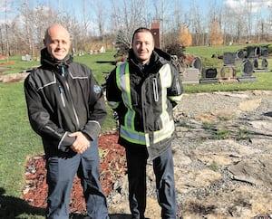 Simon et Benoit Poirier, de l'entreprise familiale Magnus Poirier, offrent à leurs clients de se faire enterrer avec leur animal dans la section maîtres et compagnons du Cimetière Laval.