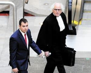 Antoine Gagnon au palais de justice de Québec avec son avocat le 18 novembre.