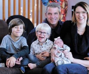 On voit le poupon photographié le 21 novembre. Emmy avec ses parents Marie-Pier Ouellet et Daniel Lacroix, ainsi que Damien et Samuel.