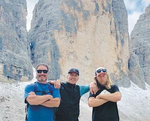 Les trois comparses, François-Guy Thivierge, Serge Angellucci et Jean-François Girard n'ont pas manqué l'occasion de faire la pose devant la montagne qu'ils s'apprêtaient à gravir.