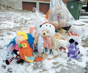Des dizaines de curieux sont passés jeudi devant la maison où s'est joué le drame. Certains y ont déposé une peluche.