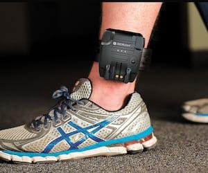 Le bracelet électronique se porte à la cheville