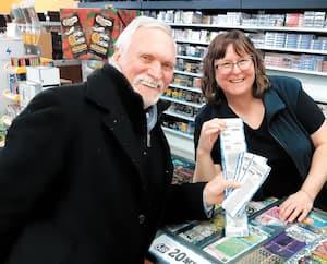 Yves Bouthillette a fait l'achat de billets du Lotto Max, hier, dans l'espoir de gagner 70millions$. Il est en compagnie de Josée Larose, commis de la Tabagie de la Seigneurie à Blainville, sur la Rive-Nord.