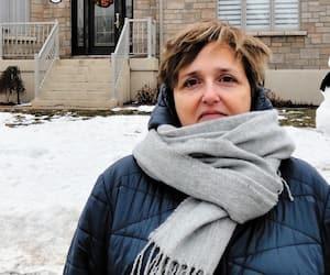 Josée Matteau a fait soulever et réparer en mai 2011 sa maison construite en 2006 à Trois-Rivières. Les travaux ont coûté 245 000$, alors qu'elle avait payé 200 000$ pour l'acheter, sans savoir que de la pyrrhotite endommagerait les fondations.