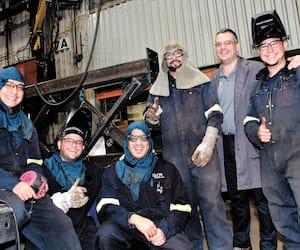 Jean-Denis Toupin (deuxième à droite) et les travailleurs mexicains, chez Proco.