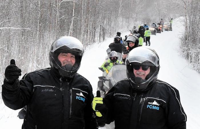 Le directeur général de la Fédération des clubs de motoneigistes du Québec, Stéphane Desroches (à gauche) et le président Réal Camiré lors de la randonnée de la fin de semaine des Portes ouvertes, dans le secteur de Saint-Michel-des-Saints.
