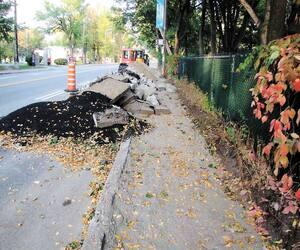 Sur le boulevard René-Lévesque, en 2017, les chantiers sur les trottoirs créaient des obstacles pour les piétons et les cyclistes. La Ville n'avait pas aménagé de corridor sécurisé pour les contourner, a noté l'expert en sécurité routière Paul Mackey.