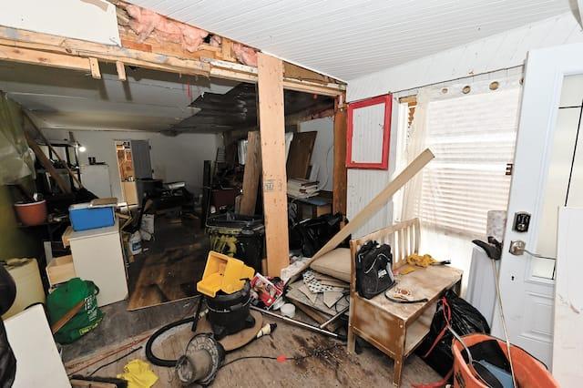 Les dégâts sont  également importants dans cet autre angle  de la cuisine et la salle à manger.