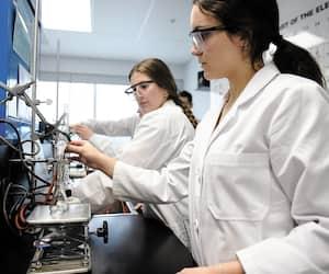 Le cégep de Sainte-Foy est l'établissement francophone qui obtient le plus haut taux de diplomation en sciences de la nature. Sur la photo, des étudiantes dans un laboratoire de chimie organique lors d'un exercice de microdistillation.