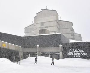 Le Château Mont-Sainte-Anne, sous la neige hier, est un centre de villégiature près de Québec au pied de pistes de ski qui a reçu du financement d'Investissement Québec.
