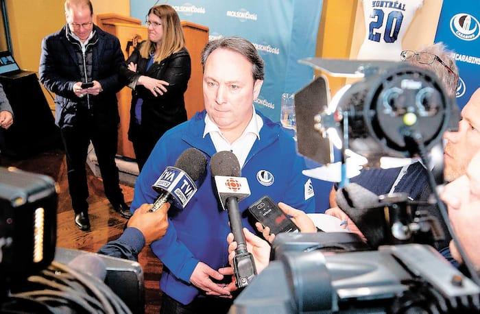 Marco Iadeluca répondant aux questions des médias, mardi. À L'arrière-plan, son prédécesseur, Danny Maciocia, et Manon Simard, directrice des sports de l'Université de Montréal.