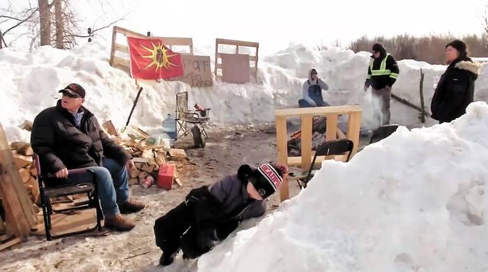 Des manifestants mohawks de Kahnawake continuaient de bloquer la voie du Canadien Pacifique qui traverse leur communauté, hier.