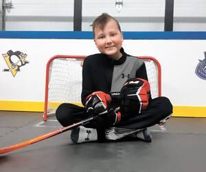 Comme Zackary Arsenault ne peut pas jouer au hockey dans une ligue sportive le temps de ses traitements, ses parents lui ont aménagé une patinoire de mini hockey dans le garage de la résidence du secteur Bellefeuille, à Saint-Jérôme.
