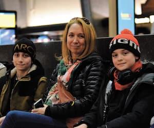 Mélodie Maurice, entourée de ses deux fils, Louis (à gauche) et Laurent Hamelin (à droite), jeudi à la gare Centrale de Montréal, attendant une solution à leur transport annulé par VIA Rail.