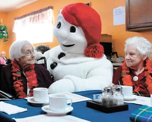 Le Bonhomme Carnaval a rendu visite, vendredi, aux résidents du Manoir de la Rivière de Cap-Rouge qui compte trois centenaires. En photo, Thérèse Couture et Irène Bilodeau.