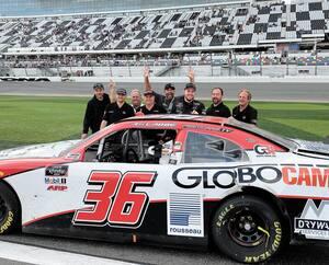 Malgré une voiture amochée, Alex Labbé (troisième à droite) s'est classé au dixième rang à Daytona, au grand bonheur des membres de son équipe.