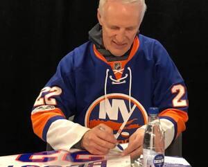 Mike Bossy a accepté avec plaisir de signer des autographes aux nombreux partisans venus le rencontrer au Centre Vidéotron.