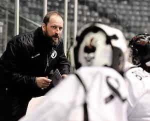 David Pavlik s'adressant à ses joueurs, mercredi, lors d'un match au Pavillon de la jeunesse. Tous les membres des Flames du Vermont portent sur leur chandail l'image d'un ruban représentant la prévention du suicide.