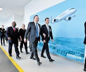 Le premier ministre du Québec François Legault et le grand patron d'Airbus, Guillaume Faury, le 20 février dernier, à l'usine de Mirabel.