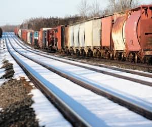 Un train de marchandises du Canadien National arrêté alors que les membres des Premières Nations du territoire mohawk de Tyendinaga bloquent les voies ferrées à 2 km de là, hier, à Tyendinaga, en Ontario.
