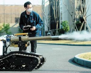 Un employé fait circuler un robot équipé d'un désinfectant à Hangzhou, en Chine.