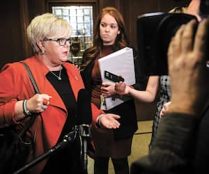 Plusieurs groupes ont souligné l'absence de la ministre responsable des Affaires autochtones,Sylvie D'Amours, dans la crise des blocus ferroviaires qui s'est terminée jeudi avec la levée des barricades à Kahnawake et Listuguj, en Gaspésie.