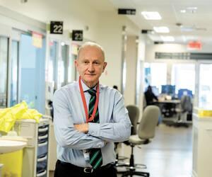 Le Dr Michel de Marchie, intensiviste à l'Hôpital général juif de Montréal, s'occupe des deux patients atteints de coronavirus. Ils sont actuellement traités aux soins intensifs en raison d'une importante insuffisance respiratoire.
