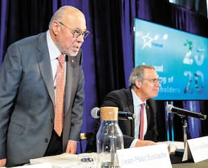 Le PDG de Transat, Jean-Marc Eustache, a présidé hier à Montréal ce qui aura été, espère-t-il, la toute dernière assemblée des actionnaires de l'entreprise. À sa droite, le vice-président, affaires juridiques et secrétaire de la société, Bernard Bussières.