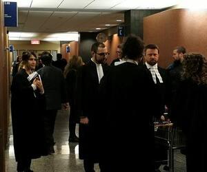 Les consignes gouvernementales pour éviter la propagation de la COVID-19 étaient loin d'être respectées lundi au palais de justice de Montréal, où des salles étaient bondées.