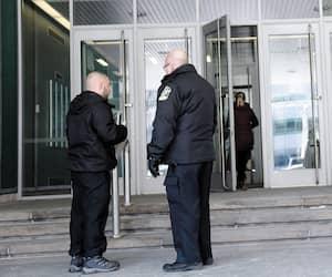 Les constables du palais de justice de la Ville de Québec filtrent les visiteurs pour limiter les entrées dans l'édifice.