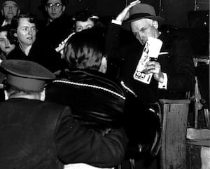 Clarence Campbell (à droite) au Forum de Montréal lors du match suivant la suspension imposée à Maurice Richard.