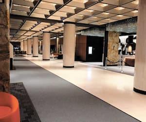 D'ordinaire bouillant d'activités, le hall d'entrée du grand hôtel Fairmont Le Reine Elizabeth de Montréal était complètement désert, à 17h30 hier.