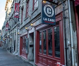 La brasserie sportive La Cage de la rue Saint-Paul annonçait sa fermeture à ses clients hier, dans un Vieux-Montréal qui ne comptait plus qu'une poignée de touristes.