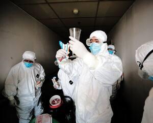 Les grandes mesures prises à l'échelle nationale et mondiale pour lutter contre la COVID-19 peuvent aggraver l'état des personnes hypocondriaques et créer davantage d'anxiété au sein de la population. On voit ici une opération majeure de désinfection à l'hôpital de la Croix-Rouge à Wuhan, en Chine, vendredi.