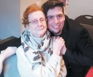 Marie-Thérèse Saint-Onge, 94 ans, ici photographiée avec son petit-fils Sébastien Tremblay, fait beaucoup d'anxiété au moindre changement.